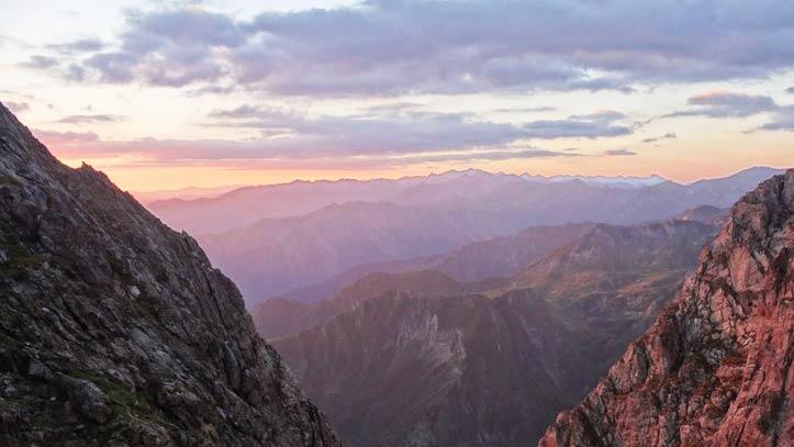 Lever du soleil au col de Faustin en direction du sommet du Mont Valier