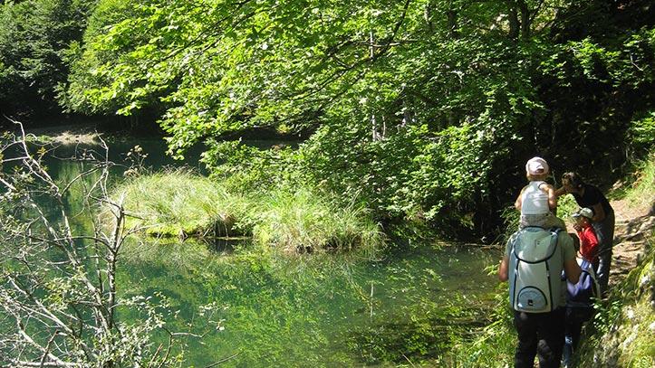 Randonneurs au bord de l'étang de Bethmale