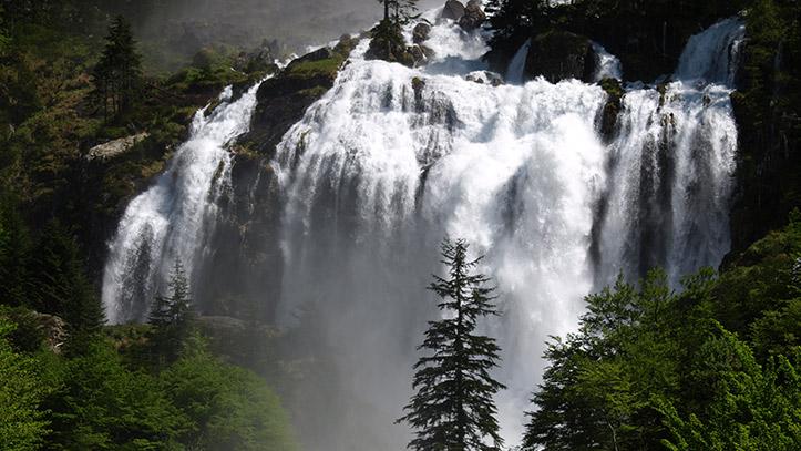 Vue de la deuxième chute de la cascade d'Ars au printemps