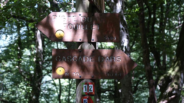 panneau directionnel vers la cascade d'Ars