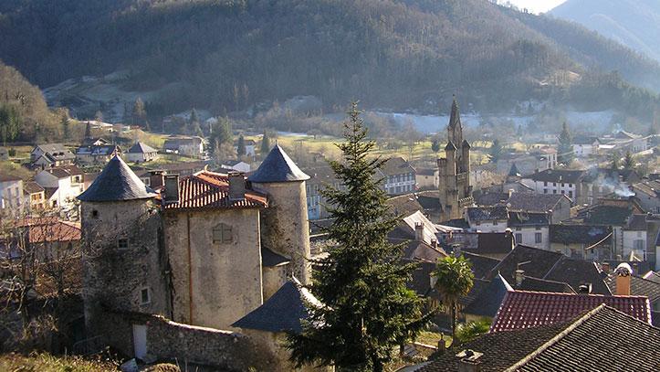 Vue d'ensemble du village de Seix et de son château