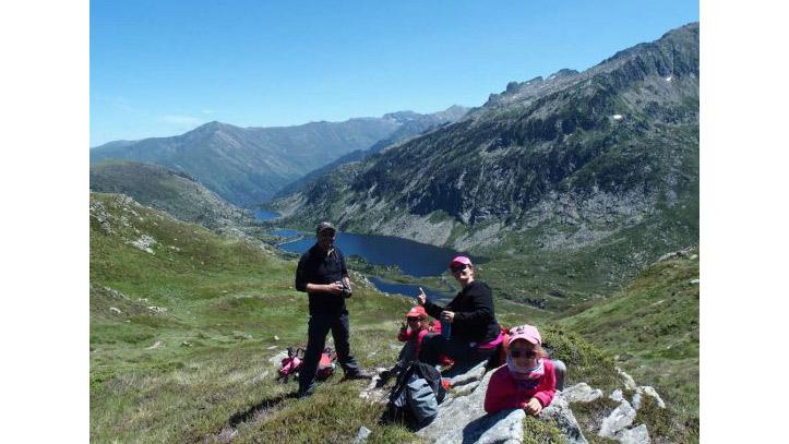 Une famille en randonnée aux lacs de Bassiès