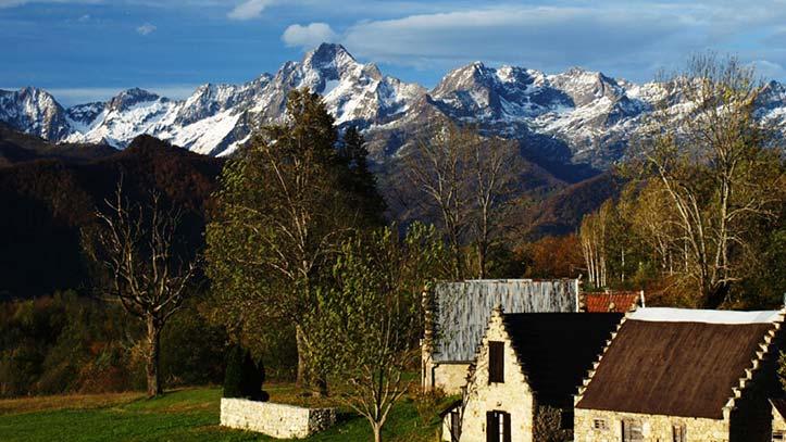 Vue de Cominac et ses granges sur le Mont Valier